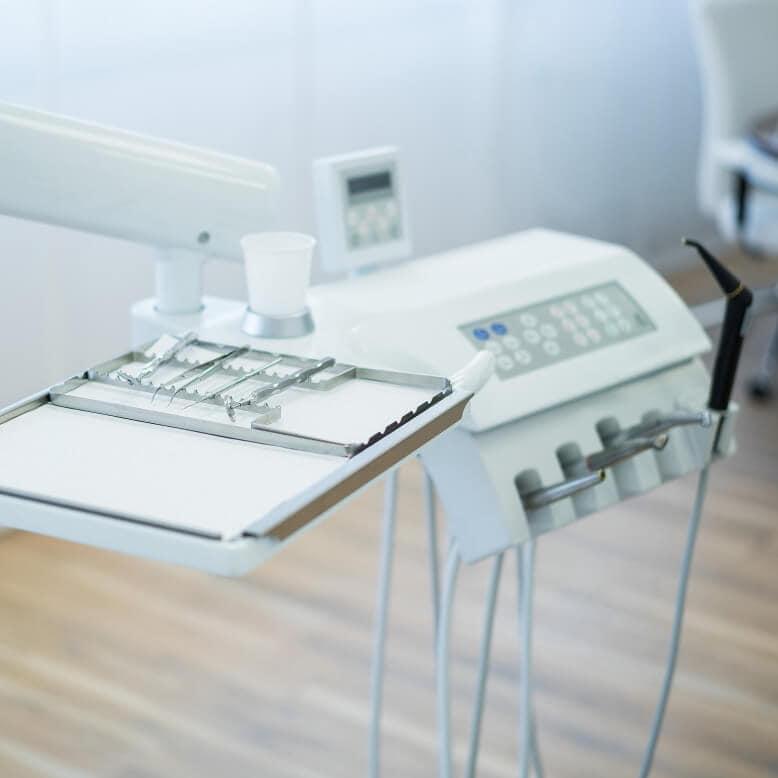 Praxis Rosenkranz Behandlungszimmer Zahnarzt Instrumente