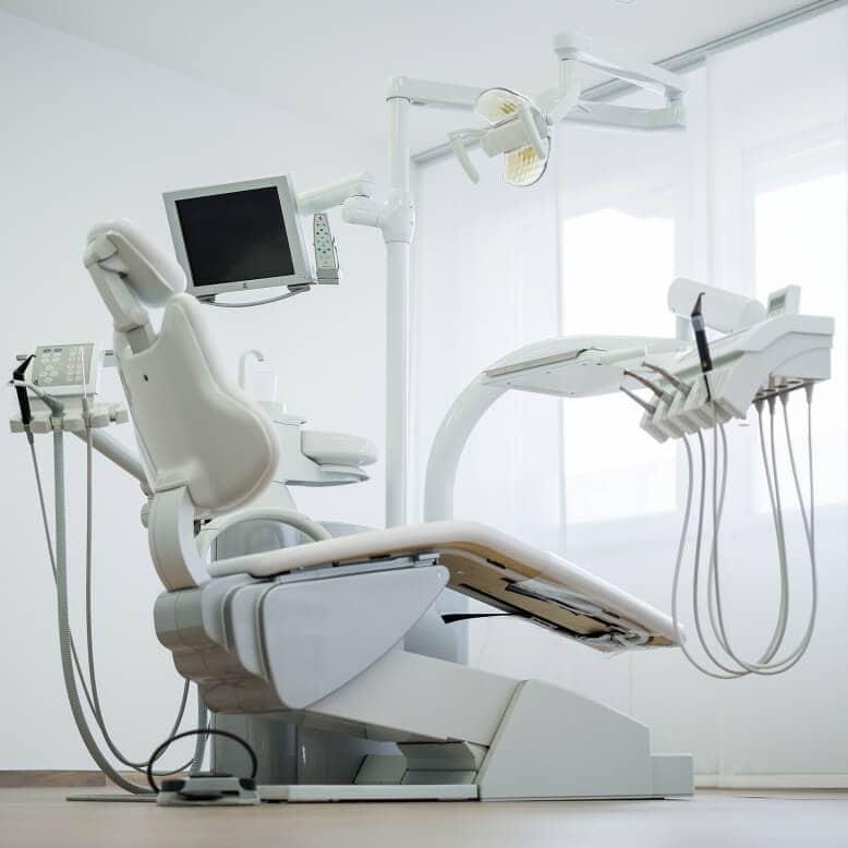 Praxis Rosenkranz Behandlungszimmer Zahnarztstuhl