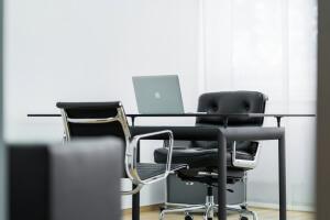 Praxis Rosenkranz Behandlungszimmer Schreibtisch MacBook Air